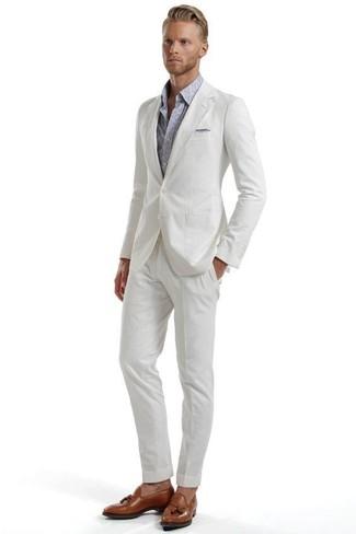 Come indossare e abbinare: abito di seersucker bianco, camicia a maniche lunghe con stampa cachemire grigia, mocassini con nappine in pelle marroni, fazzoletto da taschino grigio