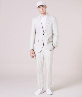Trend da uomo 2020: Punta su un abito bianco e un polo bianco per un look da sfoggiare sul lavoro. Per un look più rilassato, opta per un paio di sneakers basse in pelle bianche.