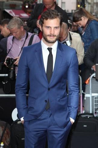 c39bf0b7f7 Look di Jamie Dornan: Abito blu, Camicia elegante bianca, Cravatta ...