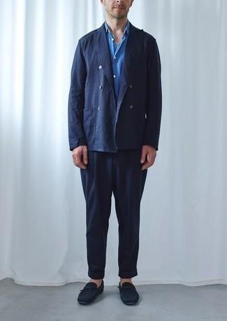 Come indossare e abbinare una camicia a maniche corte blu: Potresti indossare una camicia a maniche corte blu e un abito blu scuro come un vero gentiluomo. Non vuoi calcare troppo la mano con le scarpe? Mettiti un paio di mocassini driving in pelle scamosciata blu scuro per la giornata.
