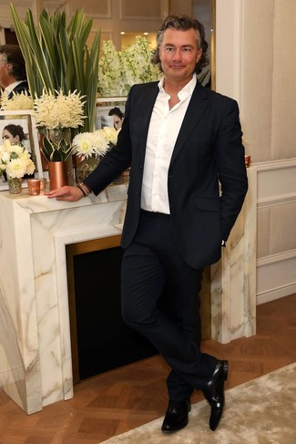 Come indossare e abbinare: abito blu scuro, camicia a maniche lunghe bianca, scarpe oxford in pelle nere