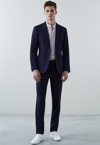 Trend da uomo 2020: Potresti combinare un abito blu scuro con una camicia a maniche lunghe bianca per un look elegante e alla moda. Sneakers basse in pelle bianche aggiungono un tocco particolare a un look altrimenti classico.