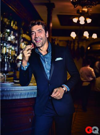 Potresti indossare un abito blu scuro e una camicia a maniche lunghe in chambray blu per una silhouette classica e raffinata
