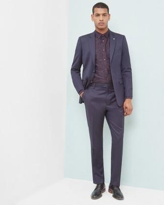 Come indossare e abbinare: abito blu scuro, camicia elegante a fiori bordeaux, scarpe derby in pelle nere
