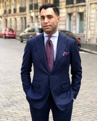 Come indossare e abbinare: abito a righe verticali blu scuro, camicia elegante a righe verticali bianca, cravatta stampata viola melanzana, fazzoletto da taschino viola melanzana