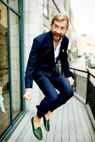 Come indossare e abbinare: abito blu scuro, camicia elegante bianca, mocassini eleganti in pelle verde scuro, fazzoletto da taschino stampato giallo