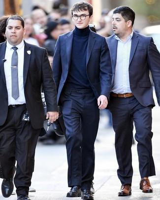 Come indossare e abbinare: abito blu scuro, dolcevita blu scuro, mocassini eleganti in pelle neri