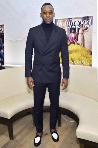 Come indossare e abbinare: abito blu scuro, dolcevita blu scuro, mocassini eleganti in pelle neri e bianchi, occhiali da sole marrone chiaro