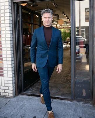 Come indossare e abbinare un abito blu scuro: Metti un abito blu scuro e un dolcevita marrone scuro come un vero gentiluomo. Mocassini eleganti in pelle scamosciata marroni sono una interessante scelta per completare il look.