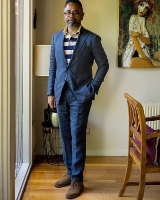 Trend da uomo 2020: Combina un abito blu scuro con un polo a righe orizzontali bianco e blu scuro per un drink dopo il lavoro. Lascia uscire il Riccardo Scamarcio che è in te e scegli un paio di scarpe oxford in pelle scamosciata marrone scuro come calzature per dare un tocco di classe al tuo look.