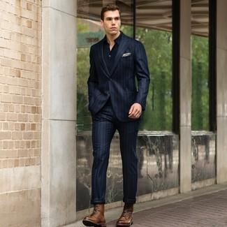 Come indossare e abbinare: abito a righe verticali blu scuro, polo blu scuro, stivali casual in pelle marroni, fazzoletto da taschino stampato beige