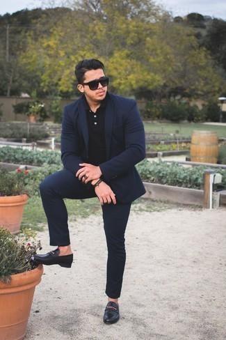Come indossare e abbinare un abito blu scuro: Abbina un abito blu scuro con un polo nero se preferisci uno stile ordinato e alla moda. Opta per un paio di mocassini eleganti in pelle neri per dare un tocco classico al completo.