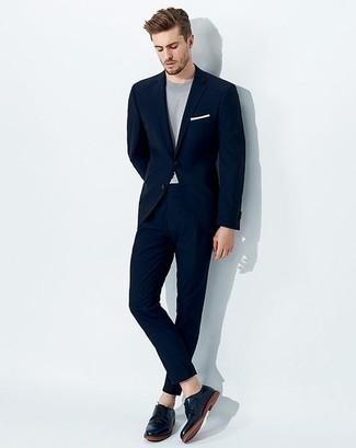 Trend da uomo 2020: Combina un abito blu scuro con una t-shirt girocollo azzurra per creare un look smart casual. Sfodera il gusto per le calzature di lusso e scegli un paio di scarpe derby in pelle blu scuro.