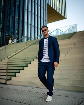 Come indossare e abbinare: abito blu scuro, t-shirt girocollo a righe orizzontali bianca e blu scuro, sneakers basse in pelle bianche, occhiali da sole neri