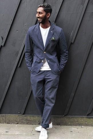 Come indossare e abbinare una t-shirt girocollo bianca: Potresti abbinare una t-shirt girocollo bianca con un abito a quadri blu scuro per creare un look smart casual. Per distinguerti dagli altri, calza un paio di sneakers basse di tela bianche.