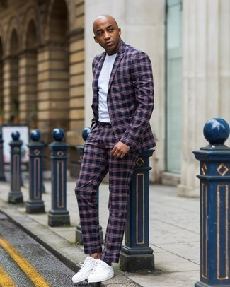 Trend da uomo 2020: Mostra il tuo stile in un abito scozzese blu scuro con una t-shirt girocollo bianca, perfetto per il lavoro. Se non vuoi essere troppo formale, indossa un paio di sneakers basse di tela bianche.