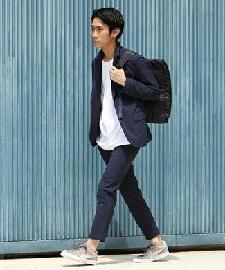 Come indossare e abbinare un zaino di tela nero: Potresti combinare un abito blu scuro con uno zaino di tela nero per un outfit comodo ma studiato con cura. Un paio di sneakers basse di tela grigie si abbina alla perfezione a una grande varietà di outfit.