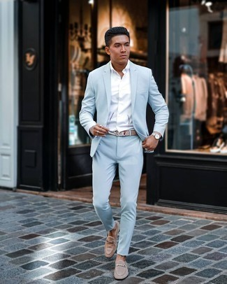 Come indossare e abbinare una camicia a maniche corte bianca: Metti una camicia a maniche corte bianca e un abito azzurro per un look elegante e alla moda. Scegli uno stile classico per le calzature e prova con un paio di mocassini eleganti in pelle scamosciata beige.