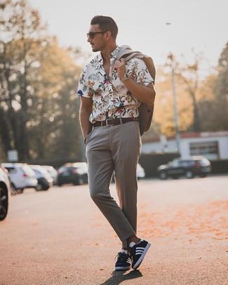 Come indossare e abbinare: abito grigio, camicia a maniche corte a fiori bianca, sneakers basse blu scuro e bianche, cintura in pelle marrone scuro