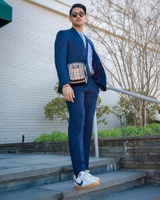 Come indossare e abbinare una borsa a tracolla di tela marrone chiaro: Scegli un abito blu scuro e una borsa a tracolla di tela marrone chiaro per un look trendy e alla mano. Questo outfit si abbina perfettamente a un paio di sneakers basse di tela bianche e blu scuro.