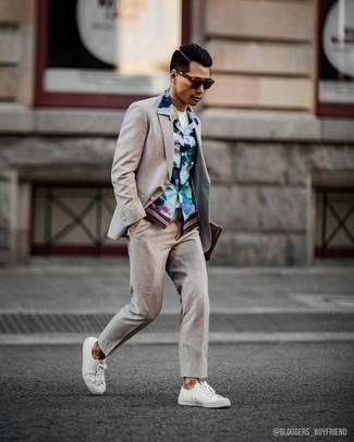 Come indossare e abbinare un abito beige: Potresti combinare un abito beige con una camicia a maniche corte a fiori azzurra per essere elegante ma non troppo formale. Non vuoi calcare troppo la mano con le scarpe? Scegli un paio di sneakers basse di tela bianche per la giornata.