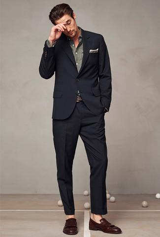Come indossare e abbinare: abito nero, camicia a maniche lunghe in chambray grigia, mocassini con nappine in pelle marrone scuro, fazzoletto da taschino scozzese marrone
