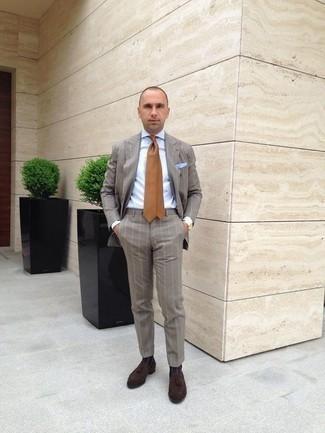 Come indossare e abbinare una cravatta marrone chiaro: Punta su un abito a righe verticali grigio e una cravatta marrone chiaro come un vero gentiluomo. Per un look più rilassato, prova con un paio di mocassini con nappine in pelle scamosciata marrone scuro.