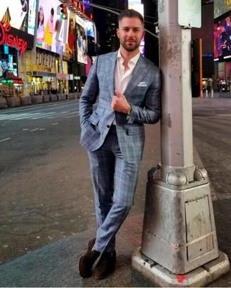 Come indossare e abbinare: abito scozzese azzurro, camicia a maniche lunghe bianca, mocassini eleganti in pelle scamosciata marrone scuro, fazzoletto da taschino bianco