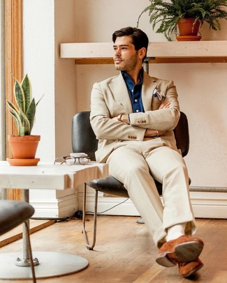 Come indossare e abbinare: abito beige, camicia a maniche lunghe in chambray blu scuro, mocassini eleganti in pelle scamosciata terracotta, fazzoletto da taschino bianco
