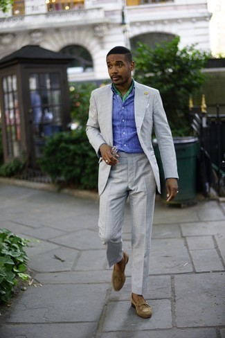 Moda uomo anni 30: Abbina un abito grigio con una camicia a maniche lunghe in chambray blu per un look elegante e di classe. Mocassini eleganti in pelle scamosciata marrone chiaro sono una eccellente scelta per completare il look.