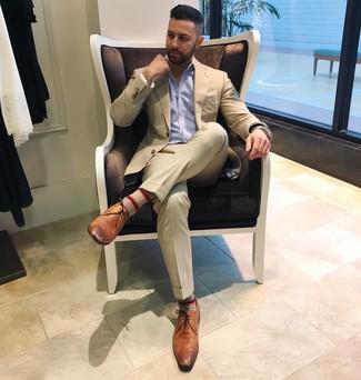 Come indossare e abbinare: abito beige, camicia a maniche lunghe a righe verticali azzurra, scarpe derby in pelle marroni, fazzoletto da taschino bianco