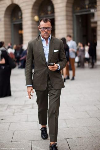 Come indossare e abbinare una camicia a maniche lunghe azzurra: Prova ad abbinare una camicia a maniche lunghe azzurra con un abito marrone come un vero gentiluomo. Rifinisci questo look con un paio di scarpe monk in pelle nere.