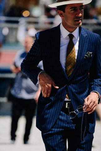 Come indossare e abbinare: abito a righe verticali blu scuro, camicia elegante bianca, borsalino di paglia bianco, cravatta stampata verde scuro