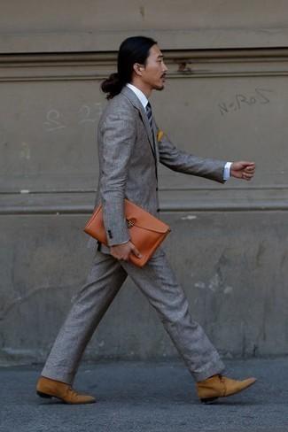 Come indossare e abbinare una cravatta a righe orizzontali blu scuro: Vestiti con un abito grigio e una cravatta a righe orizzontali blu scuro per un look elegante e di classe. Per un look più rilassato, opta per un paio di chukka in pelle scamosciata marrone chiaro.