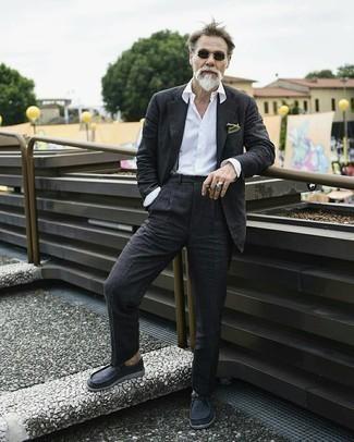 Moda uomo anni 60: Indossa un abito grigio scuro con una camicia elegante bianca per un look elegante e alla moda.
