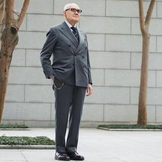 Moda uomo anni 60: Potresti abbinare un abito a righe verticali grigio con una camicia elegante bianca per essere sofisticato e di classe. Prova con un paio di chukka in pelle bordeaux per avere un aspetto più rilassato.