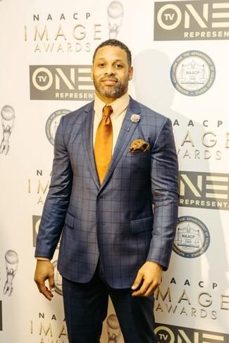 Come indossare e abbinare: abito a quadri blu scuro, camicia elegante beige, cravatta arancione, fazzoletto da taschino a fiori arancione