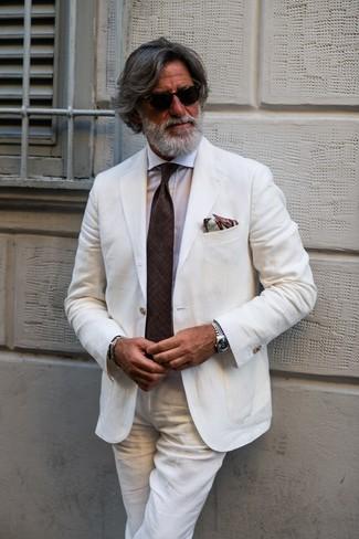 Come indossare: abito di lino bianco, camicia elegante bianca, cravatta marrone scuro, fazzoletto da taschino stampato marrone