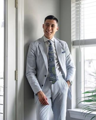 Come indossare e abbinare: abito di seersucker a righe verticali azzurro, camicia elegante bianca, cravatta con stampa cachemire blu scuro e verde, fazzoletto da taschino bianco