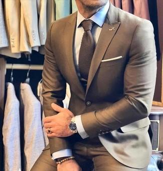 Come indossare e abbinare: abito marrone, camicia elegante bianca, cravatta lavorata a maglia marrone, fazzoletto da taschino bianco