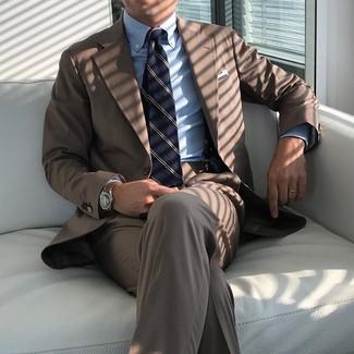 Come indossare e abbinare: abito marrone, camicia elegante a righe verticali azzurra, cravatta a righe verticali blu scuro, fazzoletto da taschino bianco