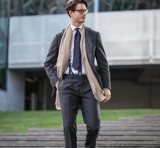 Come indossare e abbinare un fazzoletto da taschino blu scuro: Potresti abbinare un abito grigio scuro con un fazzoletto da taschino blu scuro per un fantastico look da sfoggiare nel weekend.