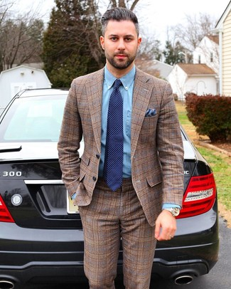 Come indossare e abbinare: abito scozzese marrone, camicia elegante in chambray azzurra, cravatta a pois blu scuro, fazzoletto da taschino blu