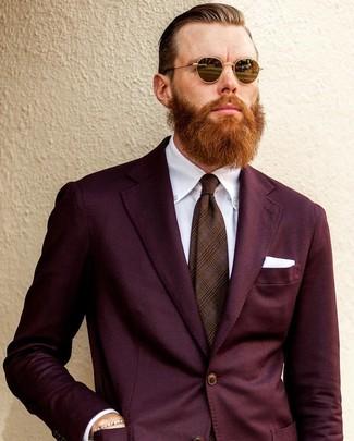 Come indossare e abbinare: abito bordeaux, camicia elegante bianca, cravatta scozzese marrone, fazzoletto da taschino bianco