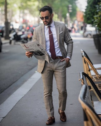 Come indossare e abbinare: abito scozzese marrone, camicia elegante bianca, mocassini con nappine in pelle marrone scuro, cravatta a pois bordeaux