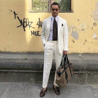 Come indossare e abbinare: abito di lino bianco, camicia elegante a righe verticali bianca, mocassini con nappine in pelle marrone scuro, borsone di tela marrone