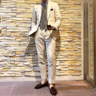 Come indossare e abbinare un abito beige: Metti un abito beige e una camicia elegante a righe verticali bianca come un vero gentiluomo. Rifinisci questo look con un paio di mocassini con nappine in pelle scamosciata marroni.