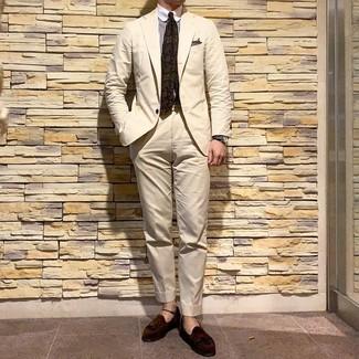 Come indossare e abbinare un abito beige: Potresti combinare un abito beige con una camicia elegante a righe verticali bianca e marrone per un look elegante e di classe. Questo outfit si abbina perfettamente a un paio di mocassini con nappine in pelle scamosciata marrone scuro.