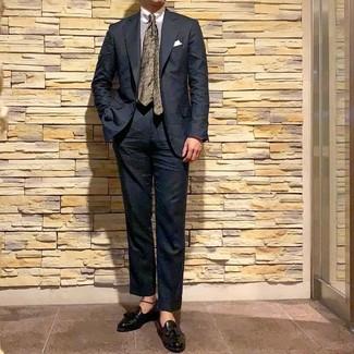 Come indossare e abbinare: abito nero, camicia elegante a righe verticali bianca, mocassini con nappine in pelle neri, cravatta a fiori verde oliva