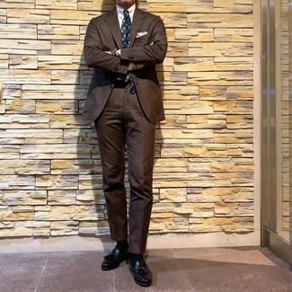 Come indossare e abbinare: abito marrone, camicia elegante bianca, mocassini con nappine in pelle neri, cravatta stampata foglia di tè